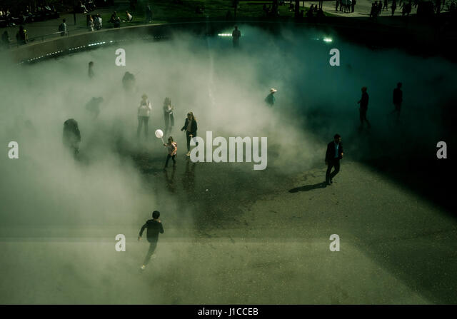 Fujiko Nakaya immersive fog sculpture at Tate Modern, London - Stock Image