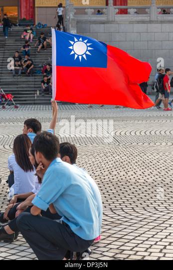 Students with Taiwan Flag, Liberty Square, Taipei, Taiwan - Stock Image