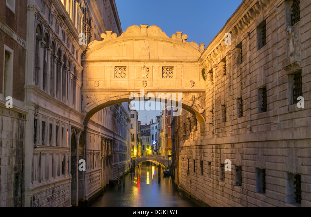 A view of the Bridge of Sighs in Venice after sunset. - Stock-Bilder