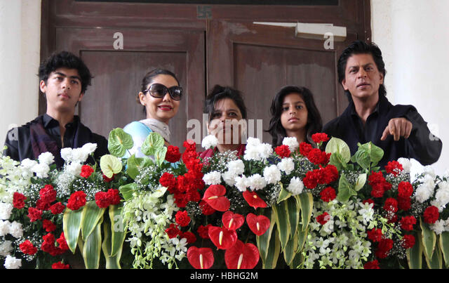 Bollywood actor Shah Rukh Khan Aryan Gauri Shehnaz daughter Suhana occasion of Eid al-Fitr at his residence Mumbai - Stock-Bilder