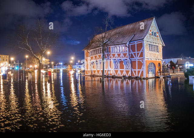 A historic granary in Wismar, Germany, 04 January 2017. The Federal Maritime and Hydrographic Agency (BSH) forecast - Stock-Bilder