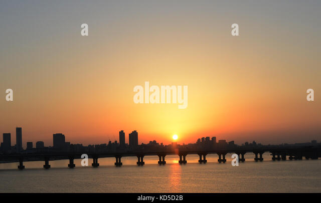 Sunset over the Han river and the Jamsil bridge in Seoul, Korea. - Stock Image
