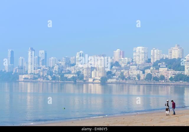 A Muslim and a Hindu man talking on Chowpatty beach, Mumbai, Maharashtra, India, Asia - Stock Image