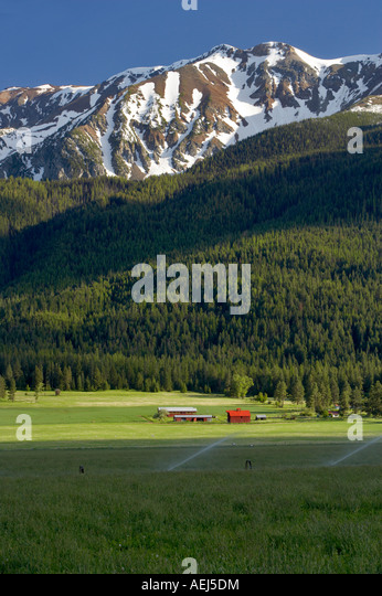Farmland near Joseph with barn and Wallowa Mountains Oregon - Stock Image