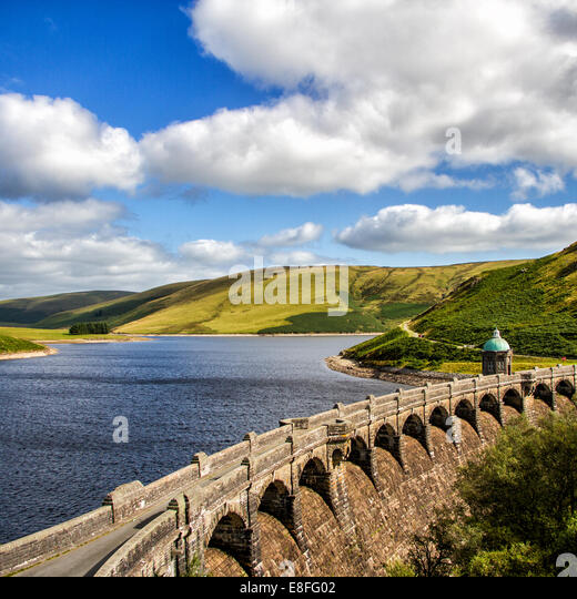 UK, Wales, Powys, Elan Valley, View of ancient aqueduct and lake - Stock-Bilder