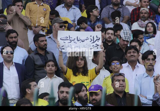 Lahore, Pakistan. 05th Mar, 2017. Pakistani Cricket fans takes a part during the final cricket match of the Pakistan - Stock Image