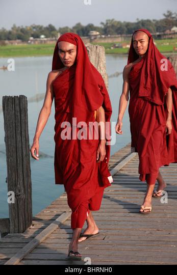 Myanmar, Burma, Amarapura, U Bein Bridge, monks, - Stock-Bilder