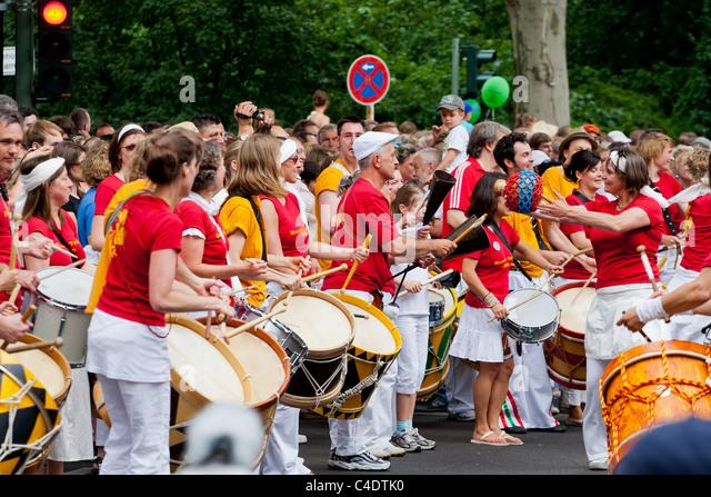 Karneval der Kulturen,drums,trommeln,Berlin,Festival,people,crowd,red, people,street,parade,fun - Stock-Bilder