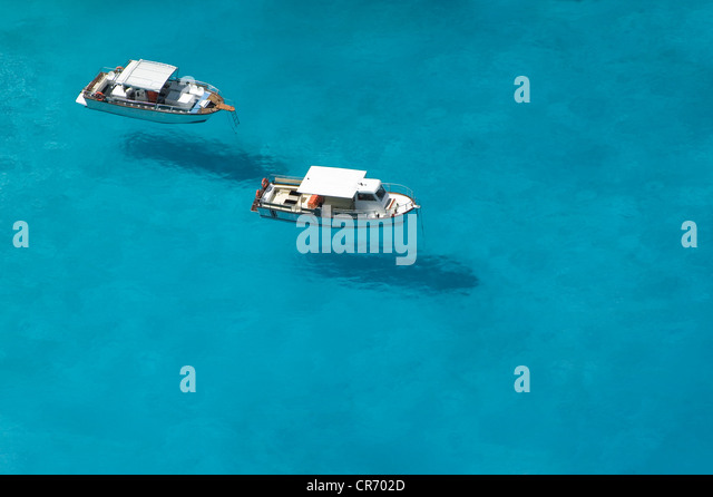 Top view of motorboats in blue, transparent waters of shipwreck bay, Zakynthos - Stock-Bilder