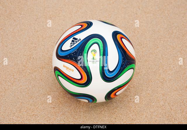 Brazuca (Replikat), offizieller Matchball der FIFA Fussball Weltmeisterschaft 2014 in Brasilien im Sand - Stock-Bilder