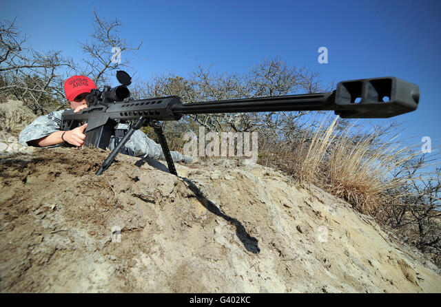 Airman sights a .50 caliber sniper rifle. - Stock-Bilder