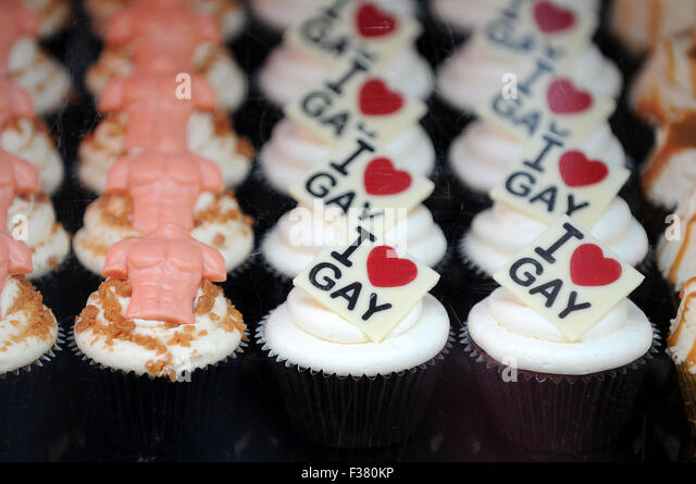 Cupcakes on sale with the words 'I love gay' written on them at a Mardi Gras event. - Stock-Bilder