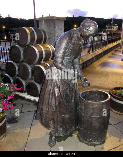Stornoway Isle Of Lewis Herring Girl Am Hafen statue at dusk - Stock Image