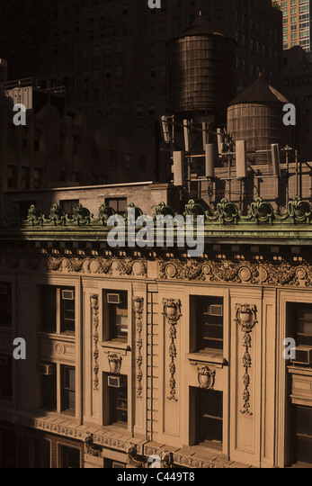 Old-fashioned wooden water storage tanks on the roof of a luxury apartment building, Manhattan - Stock Image