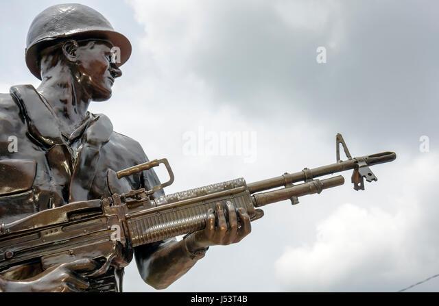 Arkansas Pocahontas Veterans Memorial Vietnam War statue memorial bronze commemorate remember armed soldier machine - Stock Image