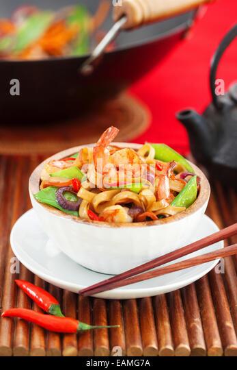 Asian stir fried noodle with vegetables and shrimps - Stock Image