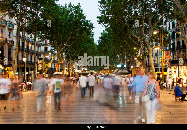 Crowd of tourists walking down the Rambla at night, Barcelona, Catalonia, Spain - Stock Image
