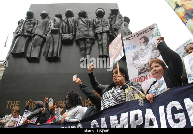 London, UK. 29th October, 2016. Family members pose for phoros at The Women of World War II memorial at Whithall - Stock Image