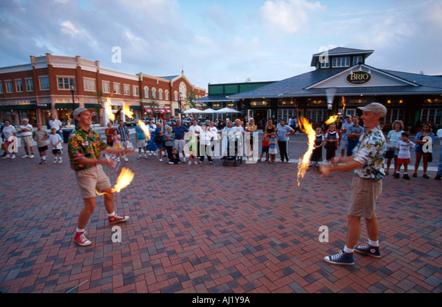 Ohio Columbus Easton Town Center shopping mall with small town theme jugglers offer free entertainment - Stock Image