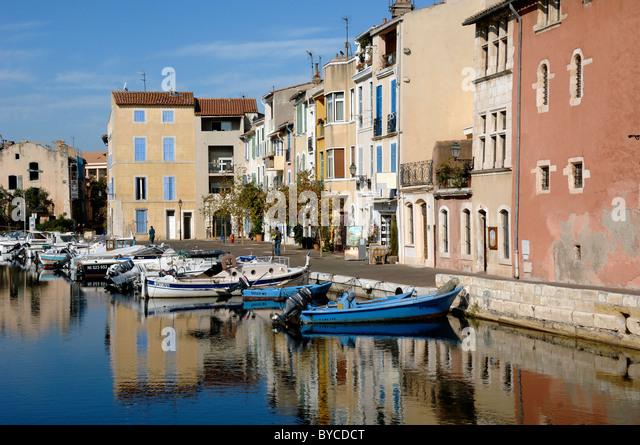 Canalside stock photos canalside stock images alamy for Restaurant le miroir aux oiseaux martigues