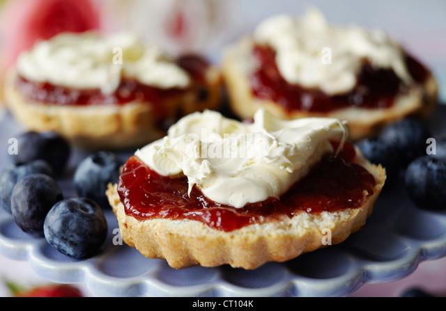 Close up of sliced scone with jam - Stock-Bilder