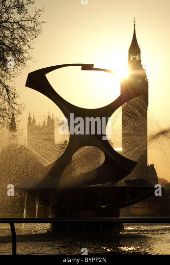 Fountain in front of the St Thomas Hospital with Big Ben in the background, London - Stock Image