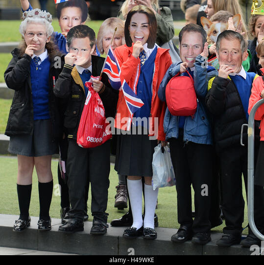 Manchester, UK. 14th Oct, 2016. School Children from Saint Phillip's Catholic School in Masks await the arrival - Stock Image