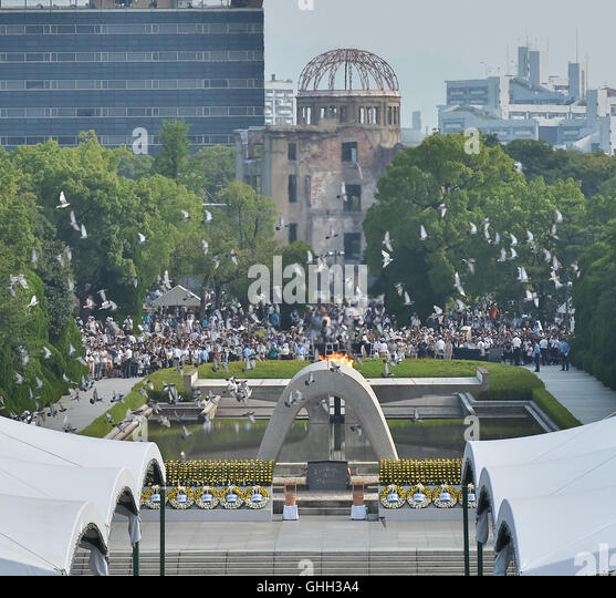 August 6, 2016, Hiroshima, Japan : Released doves fly during the 71th memorial ceremony of the atomic bombing at - Stock-Bilder