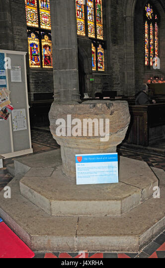 The font, at least 1000 years old and the oldest item of the Parish church of St Laurence, Ludlow. - Stock-Bilder