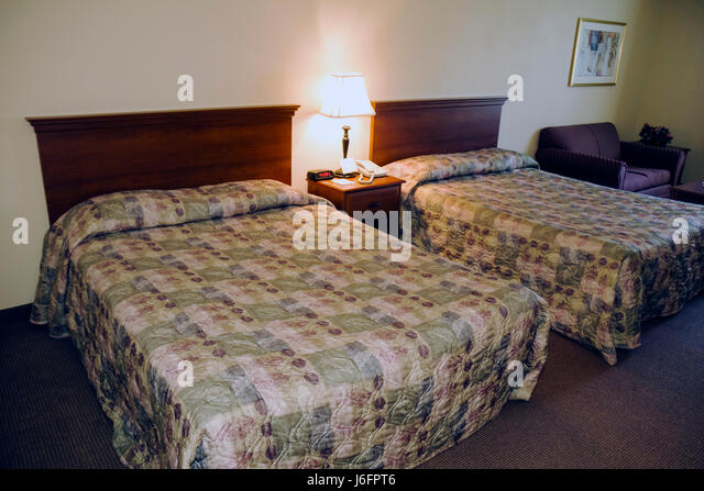 Tennessee Sevierville Oak Tree Lodge hotel chain lodging hospitality double room two full size beds décor lamp - Stock Image