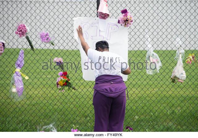 Minneapolis, USA. 21st April, 2016. Prince fan tributes at Paisley Park, Minnesota, Minneapolis, USA. Prince's - Stock Image