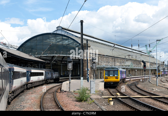 East Coast intercity train leaving Newcastle Station, Newcastle, England, UK. - Stock-Bilder