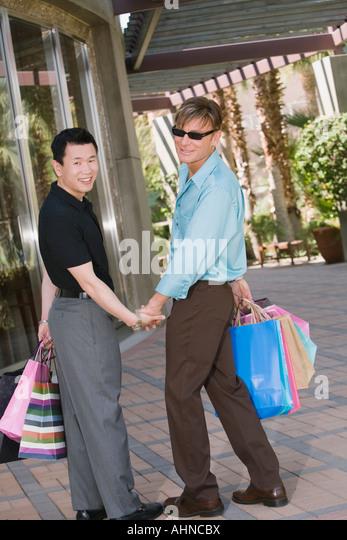 Gay couple window-shopping - Stock Image