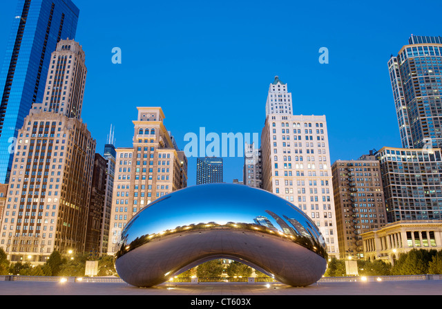 Dawn view of the Cloud Gate sculpture by Anish Kapoor in the Millennium Park in Chicago, Illinois, USA. - Stock Image