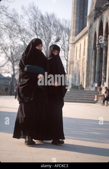 Turkey Istanbul 2 Muslim women near Sulemaniye Mosque built 1557 - Stock Image