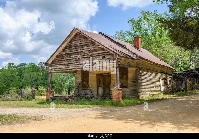 An old abandoned building along a back country road in rural central Alabama. - Stock Image