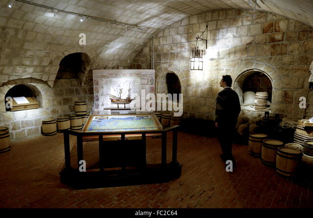 Moscow, Russia. 20th Jan, 2016. A visitor views an exhibition at the Old English Court, which used to house an English - Stock Image