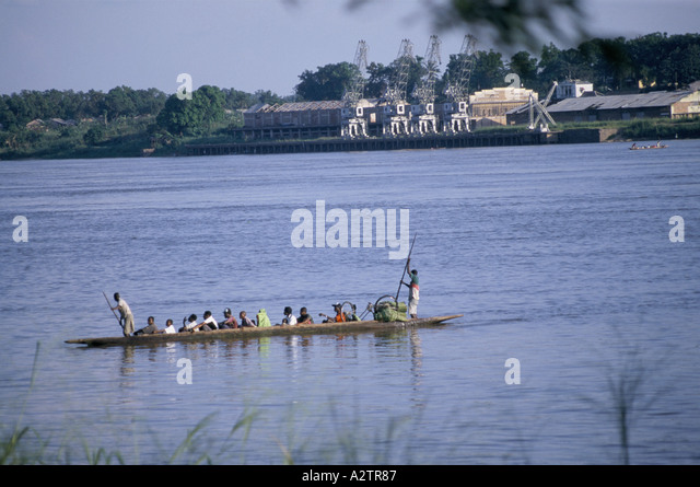 Kisangani Congo river DRC 1999 Passengers are taken across the river in a ferry punt propelled by two men - Stock-Bilder
