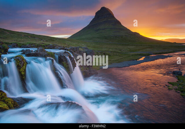Dawn over Kirkjufell mountain and waterfall, Grundarfjordur, Snaefellsnes Peninsula, Vesturland, Iceland. - Stock-Bilder
