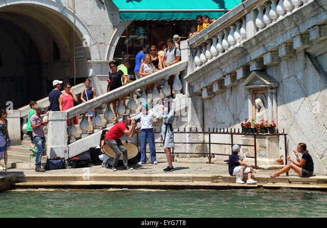 Professional fashion photo shooting in Venice, Ponte di Rialto Bridge - Stock Image