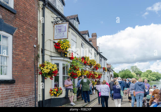 The Mug House Inn and Angry Chef Restaurant on the bank of the River Severn in Bewdley, Worcestershire - Stock Image