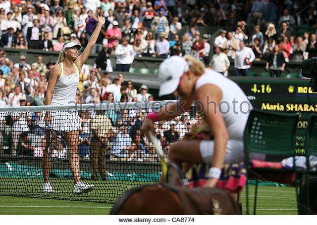 25/06/2012 - Wimbledon (Day 1) - Maria SHARAPOVA (RUS) vs. Anastasia RODIONOVA - Maria Sharapova (L) celebrates - Stock-Bilder