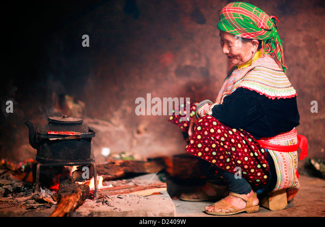 Flower Hmong tribeswoman making tea in her home near Bac Ha in North West  Vietnam, Asia. - Stock-Bilder