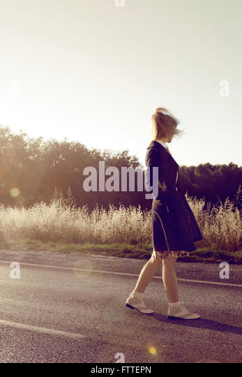1950s young woman walking on street - Stock Image