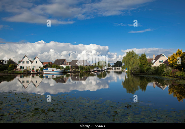 The Netherlands, Heeg, Residential area at waterside. - Stock-Bilder