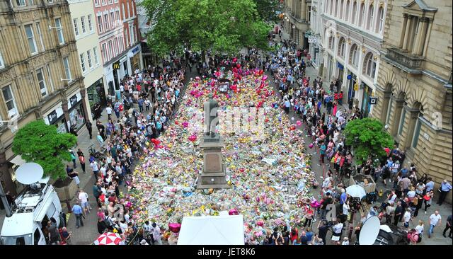 Crowds gathered in Manchester,St Ann square. the public have been gathering in the city centre sq all day to lay - Stock-Bilder