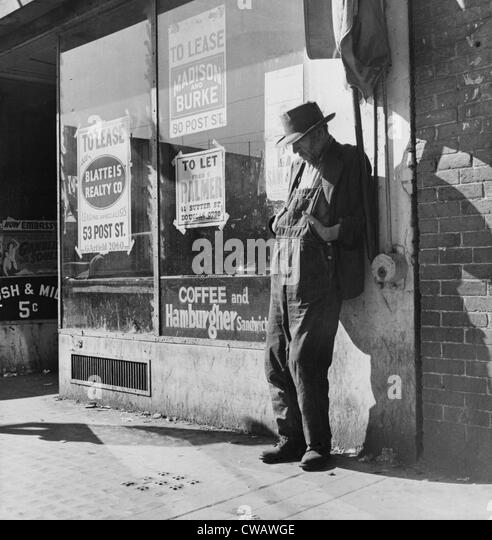 Lone man in farmer's overalls, on San Francisco's Skid Row at Howard Street. Ruined farmers from the Midwest - Stock-Bilder