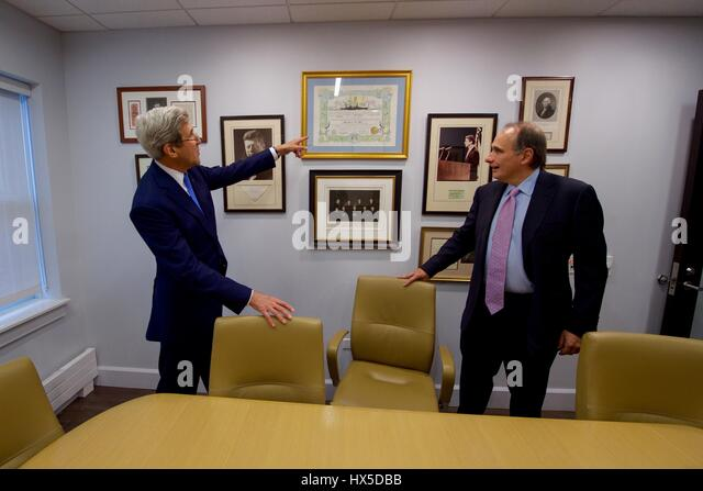 University of Chicago Institute of Politics Director David Axelrod shows US Secretary of State John Kerry political - Stock Image