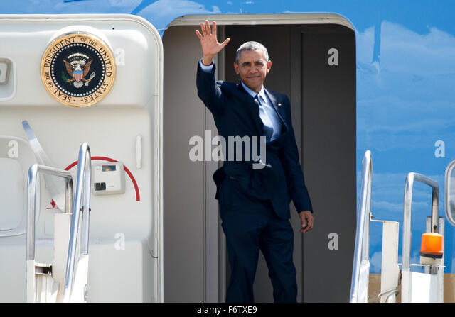 Manila, Philippines. 20th Nov, 2015. President Obama waves to the crowd before entering Airforce One. U.S. president - Stock Image