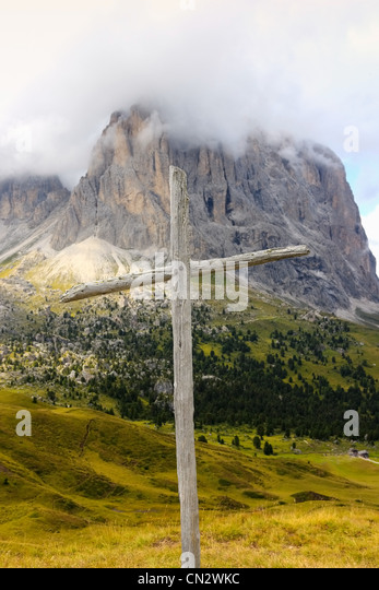 Wooden cross, Sella Pass, Dolomites, Alto Adige, Italy - Stock Image